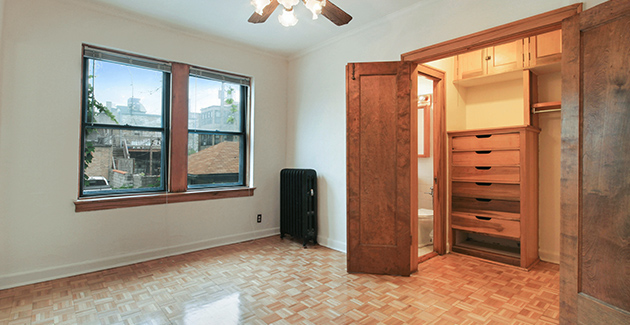living room of vintage apartment for rent in Lakeview building at 644 W Surf St, Chicago, IL