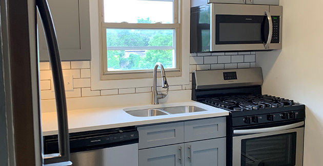RENOVATED KITCHEN OF rOGERS pARK APARTMENT FOR RENT AT cHASE ON THE pARK