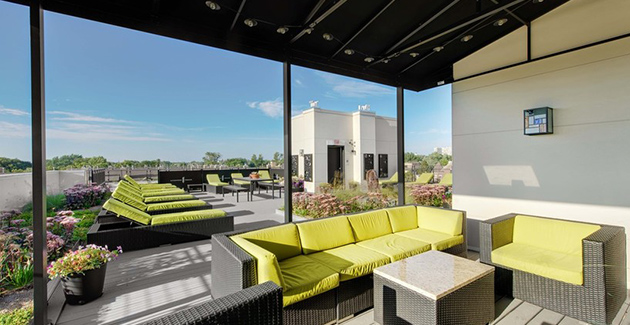 rooftop deck with lounge furniture at Ravenswood Terrace apartments for rent in Chicago