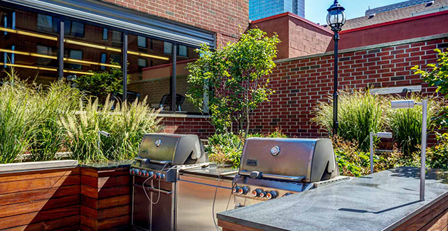 landscaped patio and garden with barbecue grills at River North Park apartments for rent in Chicago, IL