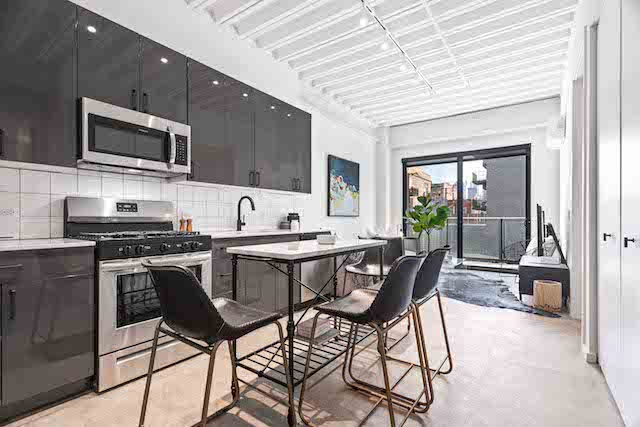 kitchen and dining area of West Loop Chicago apartment for rent