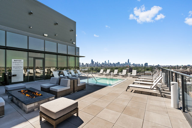 Lincoln Park apartment building with rooftop lounge that gives renters skyline views of downtown Chicago