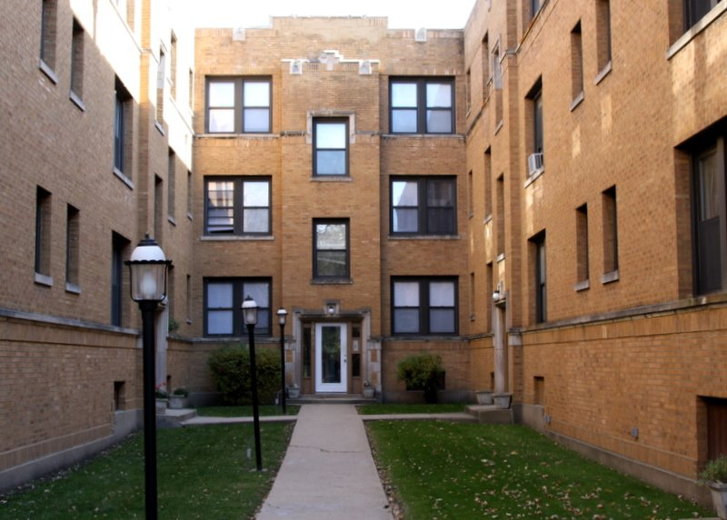 courtyard of 2637 North Spaulding Apartments in logan square chicago