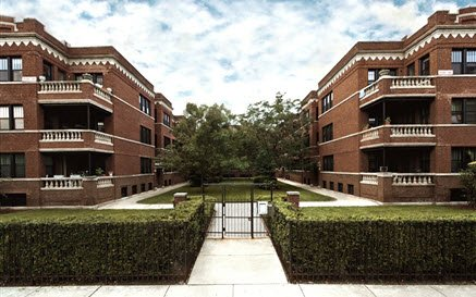 perfectly manicured landscaped courtyard at 2516 North Kedzie Apartments