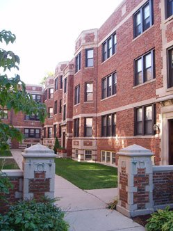 landscaped courtyard of 1509 Hinman Apartments  in Evanston Illinois